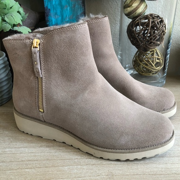 a6d5bc3aa58 Shala woman UGG NEW. Color: fawn